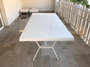 Appartemanto al mare. Tavolo laccato bianco. Supporto in metallo